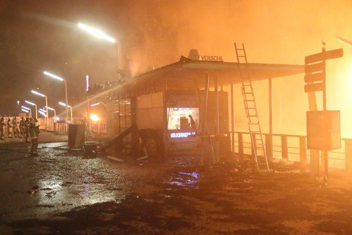 De brandweer in Den Haag is druk bezig de uitslaande brand onder controle te houden.