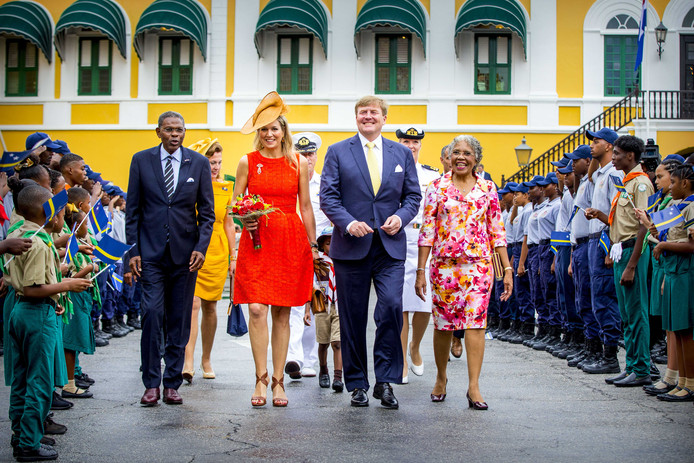 Koning Willem-Alexander en koningin Máxima arriveren bij het paleis van gouverneur van Curaçao Lucille George-Wout.