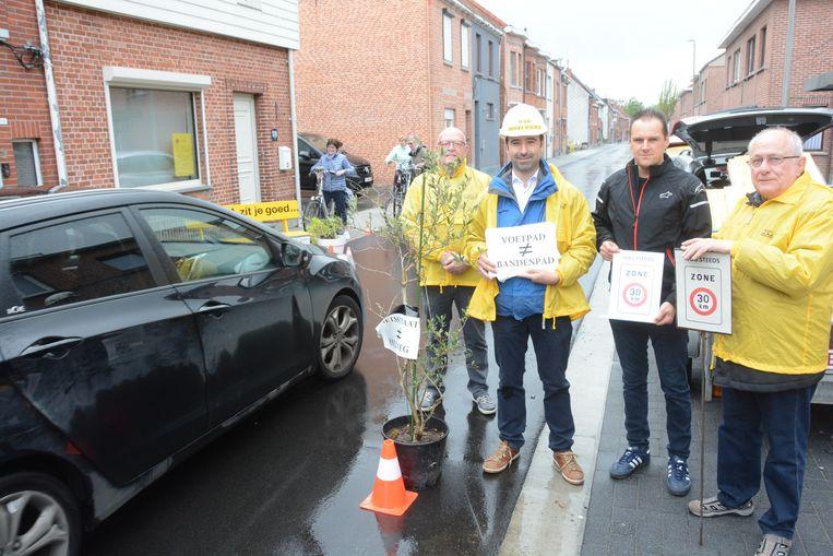 Bij de ludieke actie vrijdagochtend werden door N-VA zelf bloembakken geplaatst op de weg.