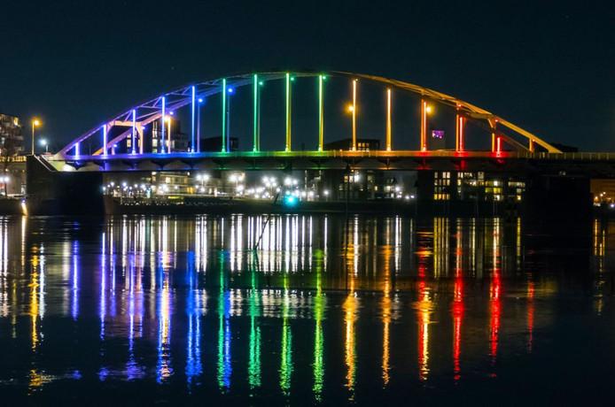 De Wilhelminabrug in Deventer werd op de avond van Valentijnsdag in regenboogkleuren verlicht.