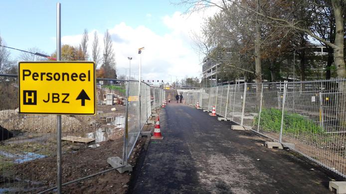 Blik in de richting van de nieuwe fietstunnel onder de rotonde die al gebruikt kan worden.