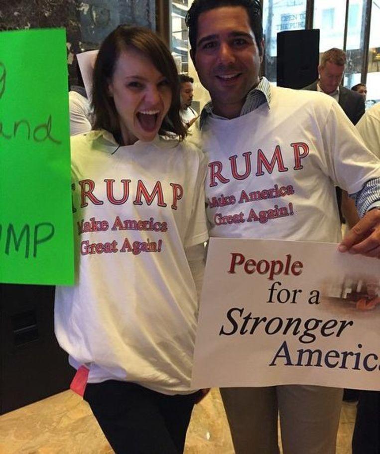 De foto met de twee figuranten die blogger Angelo Carusone herkende.