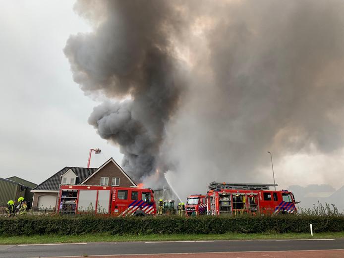 De brandweer probeert de brand onder controle te brengen.