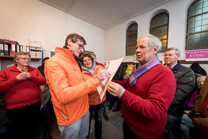 Cathy en Roland Hemmer, die in 1917 deelnamen aan expeditie Noordkaap,  overhandigden destijds een cheque aan Henk Zielhuis. Bestemd voor een nieuwe vriescel voor de Voedselbank.  FOTO: Emiel Muijderman