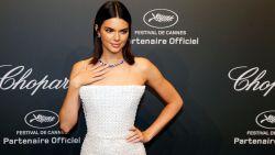 Kendall Jenner zingt over haar vagina in nieuwe clip