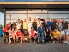 'Veertig Brothers' houden overleden voetbalmaatje levend met vriendenteam in Arnhem