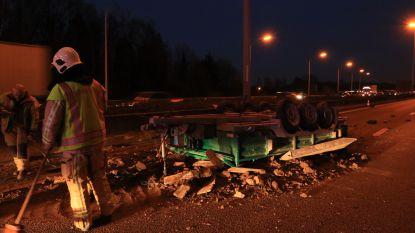 Aanhangwagen kantelt op E17: lading grond verspreid over snelweg