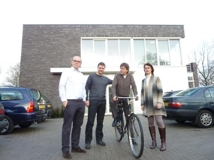 Aan de buitenzijde is de nieuwe praktijk van de fysiotherapeuten nog te herkennen aan de fiets van Pieter de Visser, die al dertig jaar voor de deur is gestald. foto Peter van Erp/BD