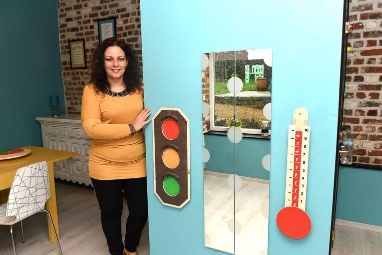 Tamara Noyaert maakt gebruik van middelen zoals het stoplicht en de woedethermometer. Daarmee kunnen kinderen aantonen hoe ze zich voelen.