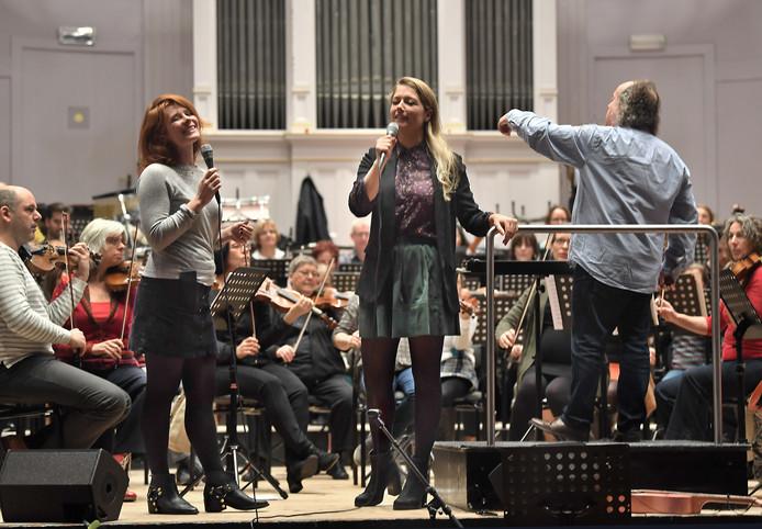 Het Zeeuws Orkest met Yentl Schieman (r) en Christine de Boer.