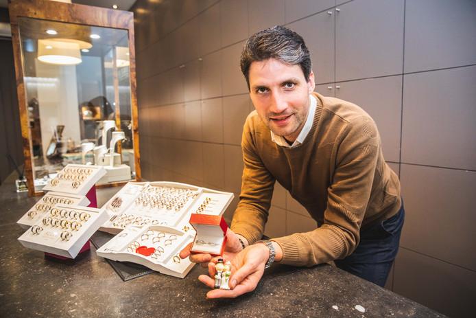Christiaan Van Bignoot met zijn trouwringen.