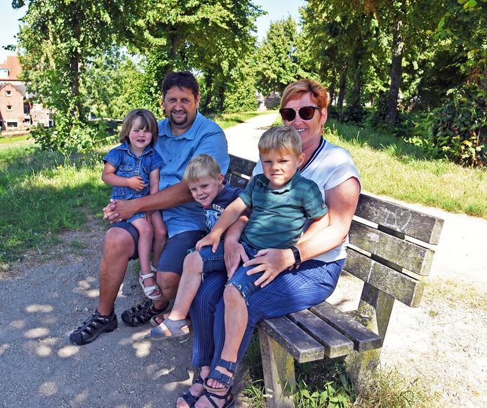 Jean en Nancy Van de Voorde uit Meerdonk met hun kleinkinderen Nel, Tjeu en Cyriel.