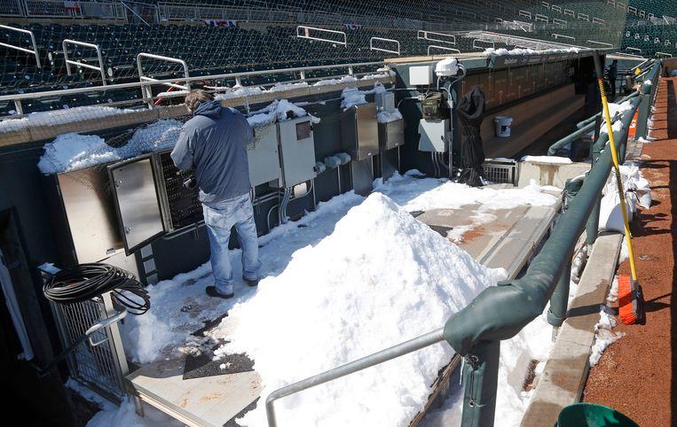 Het veld van de Minnesota Twins is ondergesneeuwd.