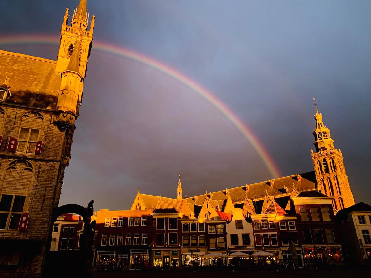 De dubbele regenboog lijkt in de Sint Jan te eindigen.