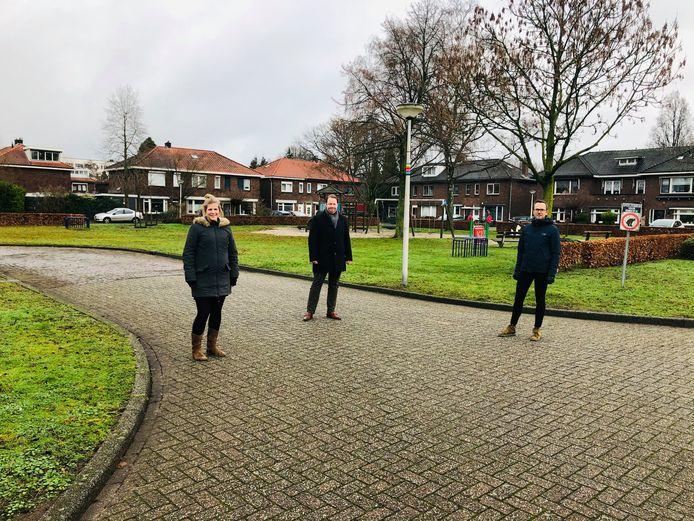Wethouder Jeroen Diepemaat, geflankeerd door wijkregisseur Manon Jannink en Robin Schoemaker van Domijn, op het Mercuriusplein, midden in Twekkelerveld.