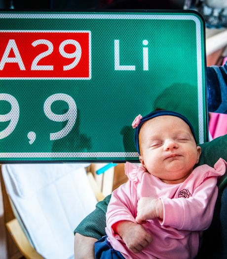 Hectometerbord én kaartje van de minister voor snelwegbaby: 'Zijn die dingen in 't echt ook zo groot?'