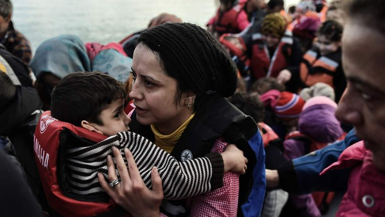 Vluchtelingen komen op Lesbos aan. De foto is uit februari. Beeld Afp