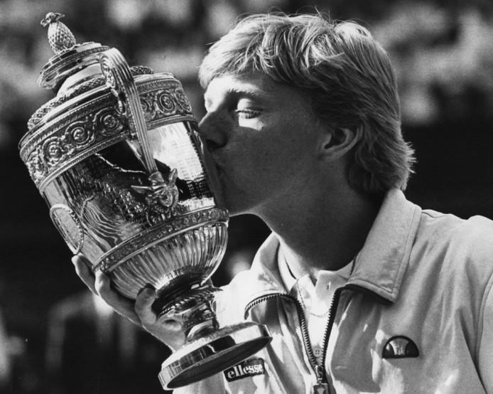 Boris Becker als 17-jarige met de Wimbledon-trofee.