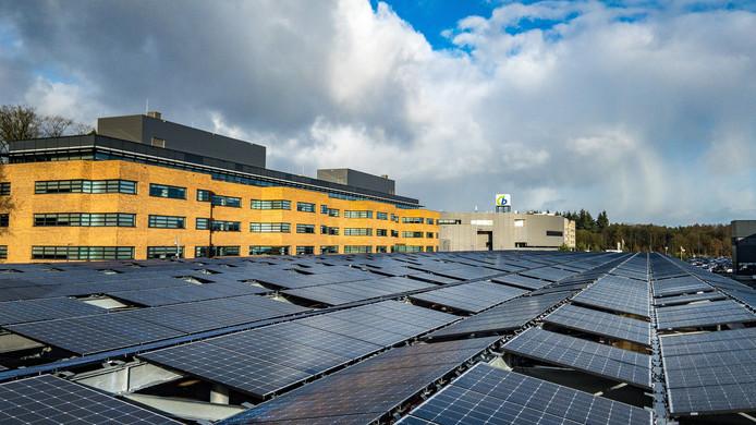 Zonnepanelen, zonnepanelen en nog eens zonnepanelen op het dak van Centraal Beheer's nieuwe parkeerplaats.