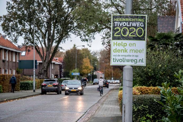 De Tivoliweg bestaat nu vooral uit oude betonplaten.