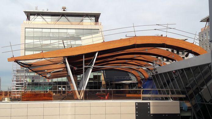 Bouw van de grote terminal-achtige centrale entree van de kantoren boven winkelcentrum Bisonspoor in Maarssenbroek.