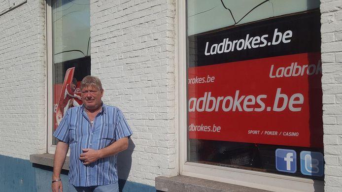 Patrick Derieuw voor zijn gokkantoor in Assebroek.