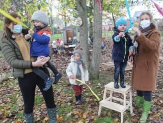 """Kleuters De Beuk hangen fopspeen in de Tutjesboom: """"Symbool voor dappere kindjes, die de stap durven zetten"""""""