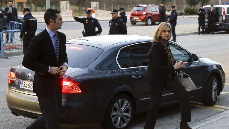 Een zus van de Spaanse koning Felipe VI, prinses Cristina de Borbón y Grecia (50) en haar echtgenoot Iñaki Urdangarín (47) zijn maandag bij de rechtbank verschenen waar hun proces over fraude begint. Beeld null