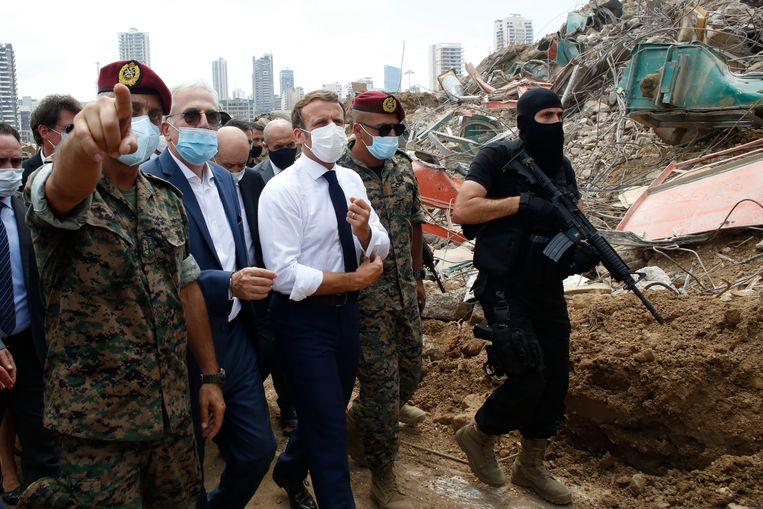 De Franse president Emmanuel Macron tijdens zijn bezoek aan Beiroet. Beeld AP