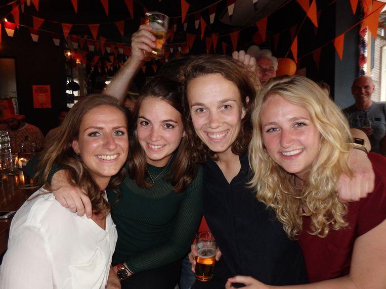 Meisjes met historisch besef: Bibi Tordoir, Tessa Dirken, Charlotte Nusman en Nina van den Bergh (vlnr). Dirken: 'We zagen de aankondiging en dachten: dit is top.' Beeld Schuim