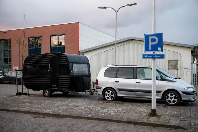 Een caravan en een auto van het slot af, beschikbaar voor daklozen.