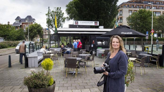 Esther Hessing staat met camera in de aanslag bij Koffiehuis Statenplein.