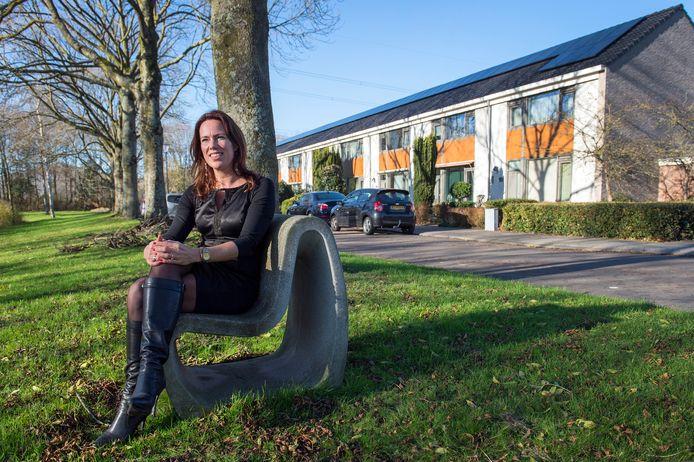 BREDA - Directeur-bestuurder Jessie Bekkers van de Bredase woningbouwvereniging Laurentius poseert voor de gerenoveerde en duurzaam gemaakte woningen in de Harelbekestraat in de wijk Wisselaar.