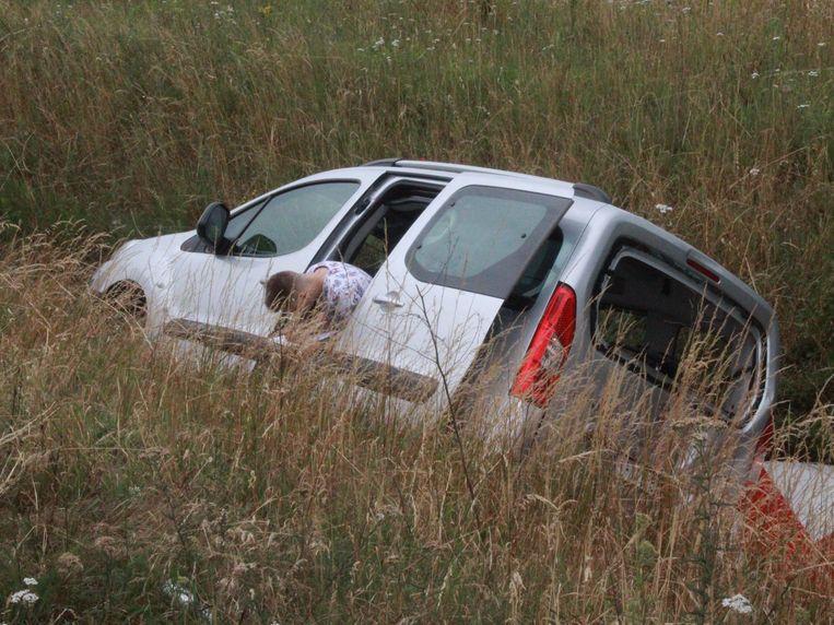 De inzittenden belandden met hun Peugeot Partner enkele meters diep in de gracht.