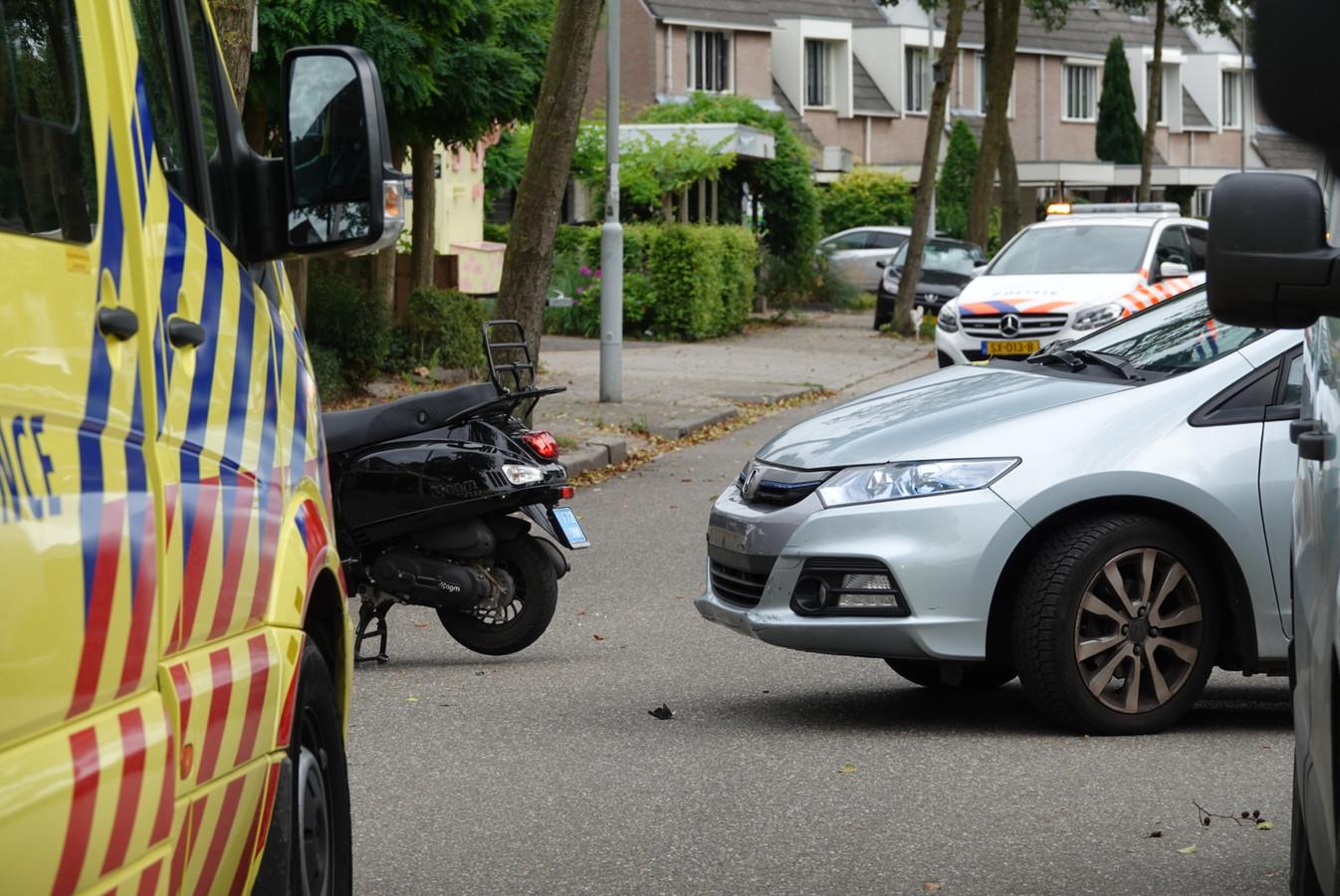 De scooterrijder is lichtgewond geraakt.