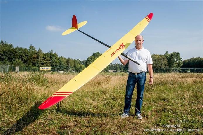 Karel van Baalen met zijn zweefmodelvliegtuig