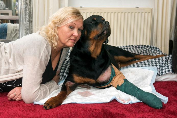 Caroline Rubens met haar hond.