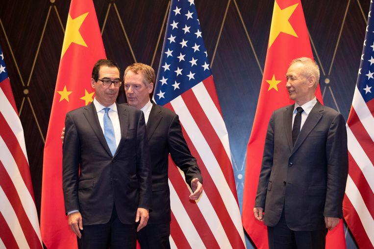De Amerikaanse minister van Financiën Steven Mnuchin (links) beschuldigde Peking officieel van valutamanipulatie.