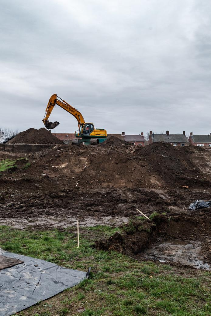 De sanering van de Bult van Pars in Klundert was eind vorig jaar in volle gang, maar werd even later door de gemeente stilgelegd omdat de grond veel ernstiger vervuild bleek dan verwacht.