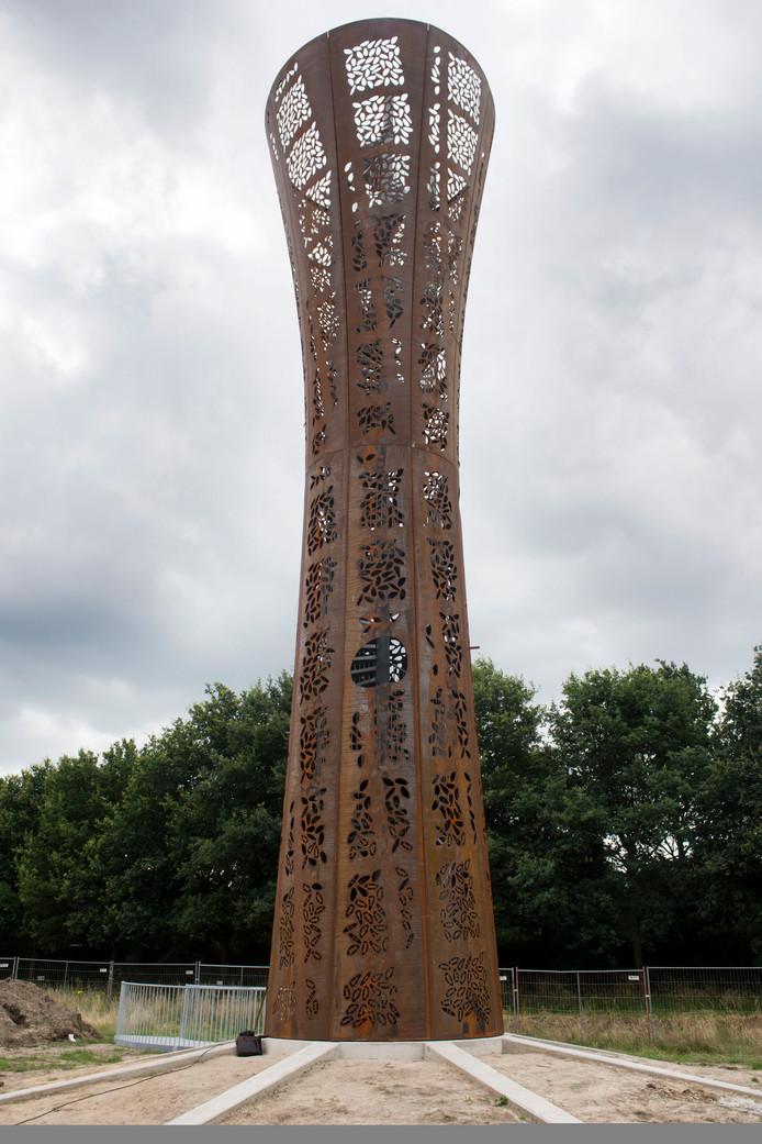 De nieuwe uitkijktoren bij de kleigaten van Rientjes. Het toegangspad is klaar, waaghalzen kunnen via de wenteltrap naarboven.