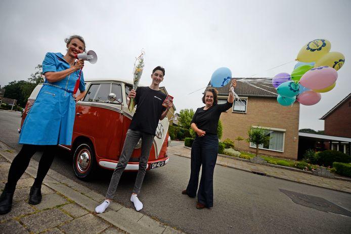 De felicitatiedienst van het Assink Lyceum bezoekt persoonlijk de leerlingen. Els Schutman en Elvira Oldenmaat feliciteren Remon Schröer, die op sokken naar buiten komt.