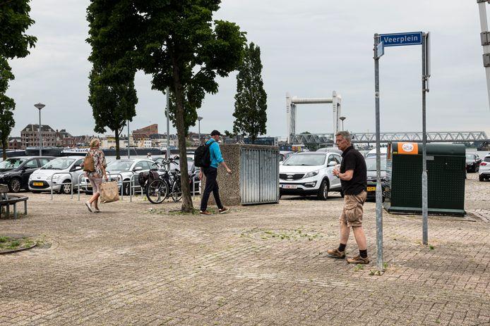 Het Veerplein in Zwijndrecht is nu een rommelige plek. Die moet verfraaid worden, onder meer door de parkeerplaatsen aan de waterkant te schrappen.