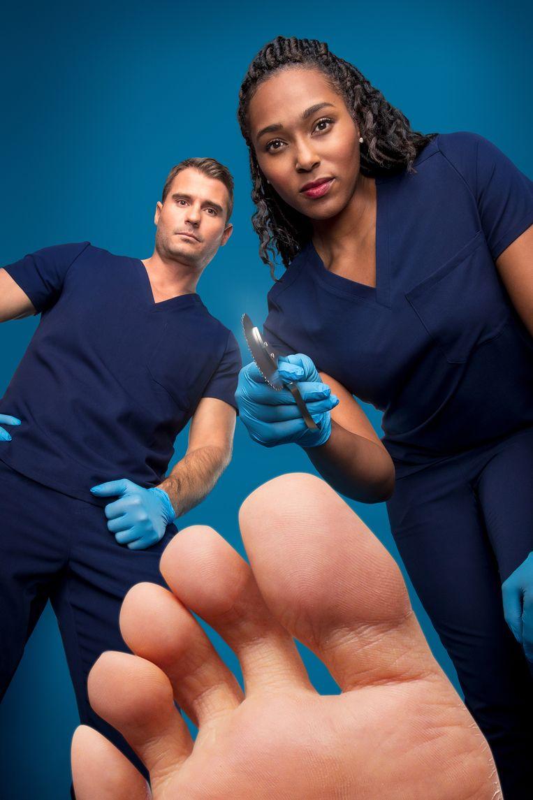 Dit is een foto van Dr. Brad Schaeffer en Dr. Ebonie Vincent en een voet. Een hele normale, gezonde voet. Niet het soort voet dat je in My Feet Are Killing Me zal zien. Beeld null