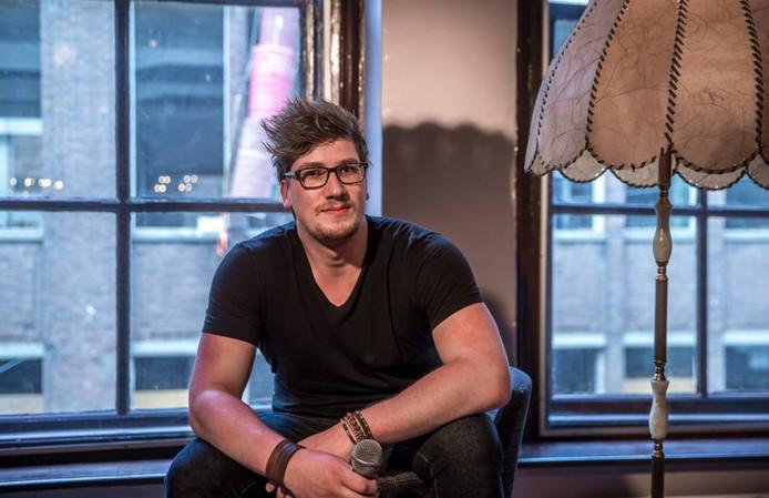 Hessel van der Scheer uit Wapenveld is samen met twee vrienden een stand-up comedyclub begonnen in Het Vliegende Paard in Zwolle.