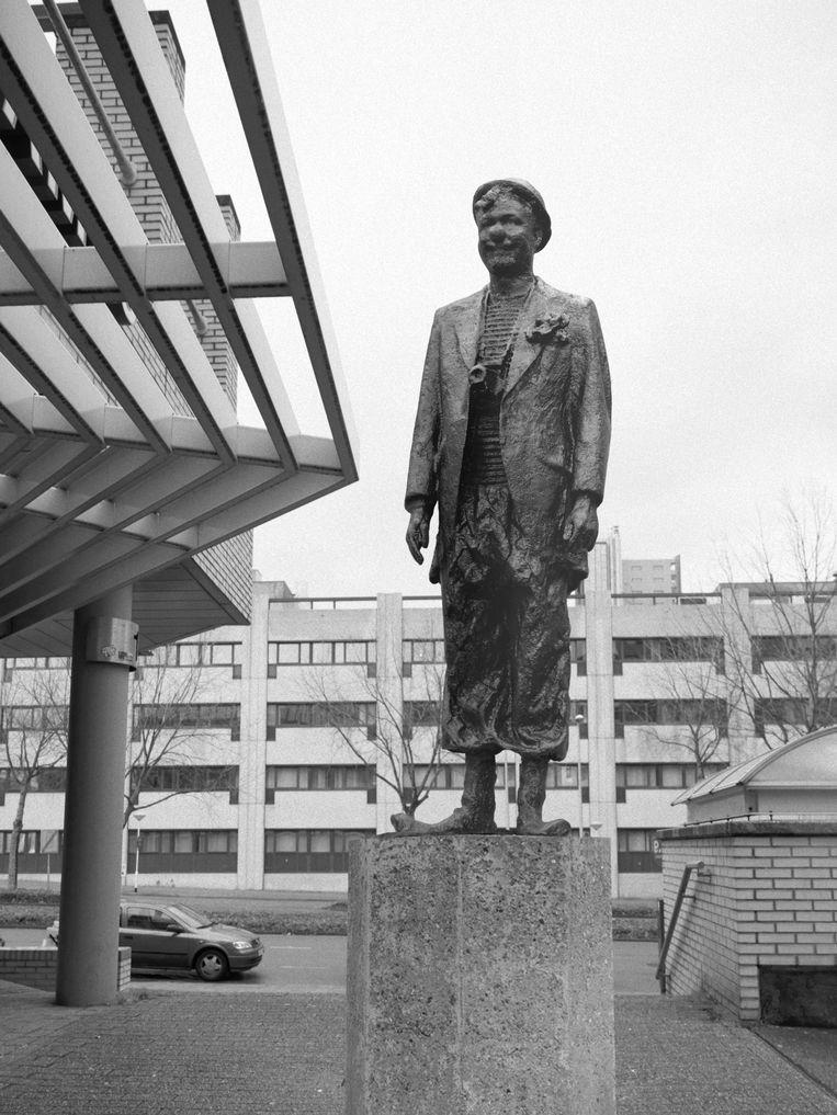 Collega-fotograaf Koen Hauser richtte dit fotografische standbeeld op van (en met)  Jan Dirk in het stadshart van Zoetermeer, de geboorteplaats van Van der Burg. Beeld null