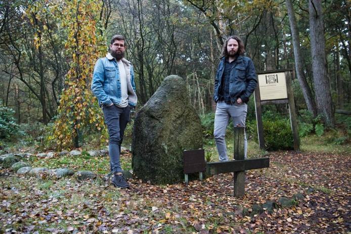 Het huidige monument voor Kamp Erika is moeilijk vindbaar en valt niet echt op in de omgeving. Frank Meijerink (links)en Eric Schutte (rechts) hebben een nieuw ontwerp gemaakt.