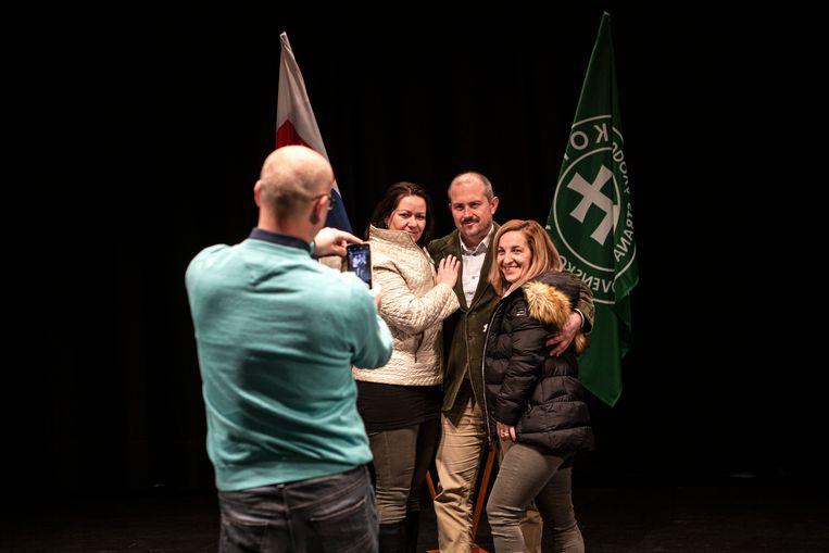 Kotleba gaat met aanhangers op de foto. Beeld Fotografie (108294)Julius Schrank / de Volkskrant
