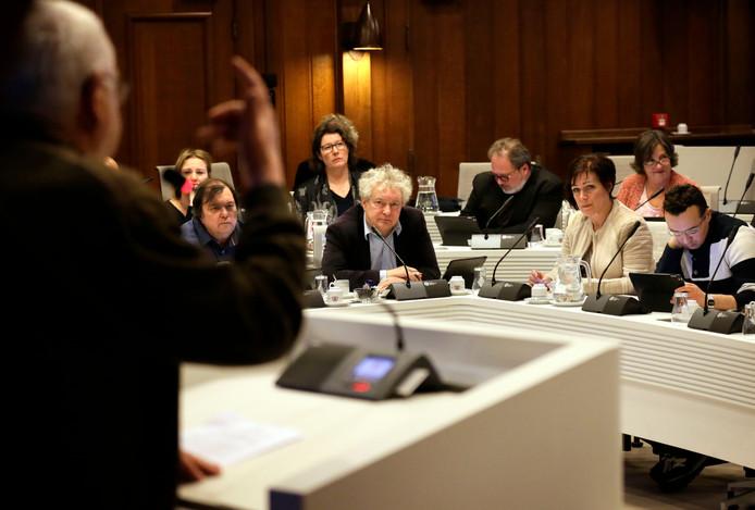 De Bredase raad luistert naar een inspreker, een beeld dat na de zomer mogelijk vaker te zien is.
