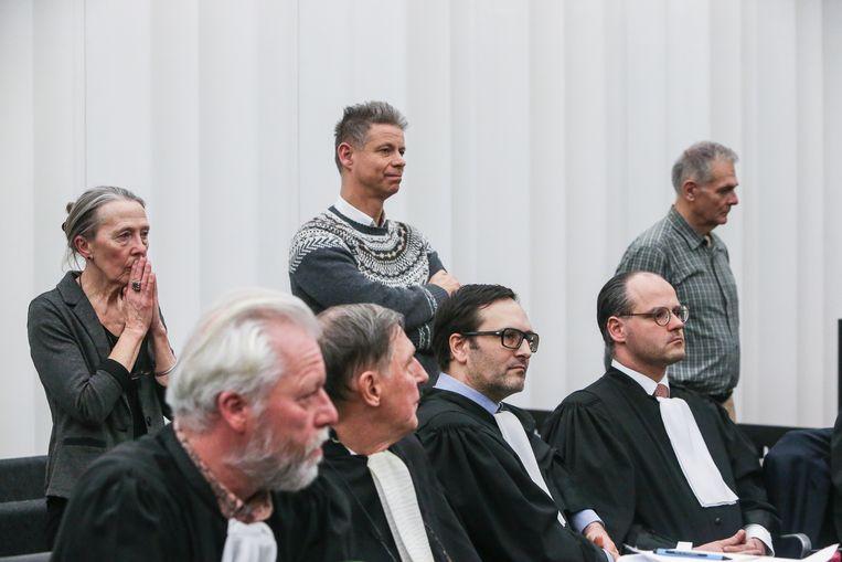 Artsen Godelieve Thienpont, Frank De Greef en Joris Van Hove luisteren naar het arrest.