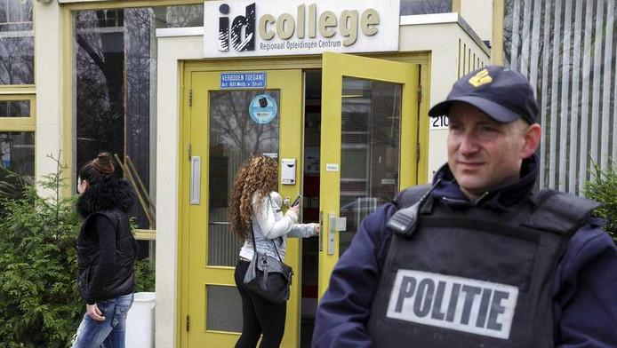 Een politieagent voor het ROC in Leiden.